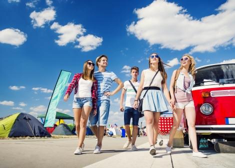 ungdomar på festival