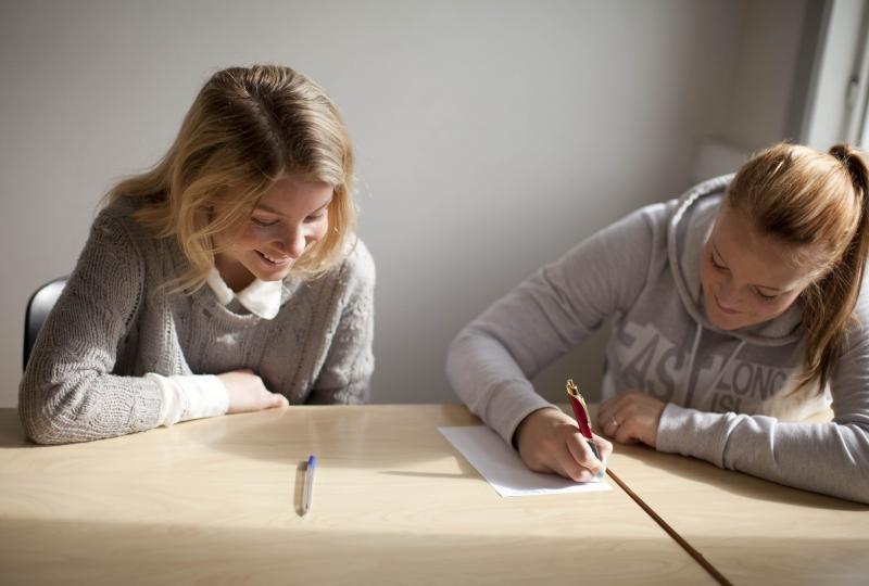 Bilde av jenter som skriver